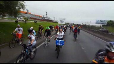 Ciclistas fazem protesto na BR-277 - Eles lembraram a morte de um ciclista na rodovia no dia 08 de outubro. O protesto também pedia mais segurança na estrada.