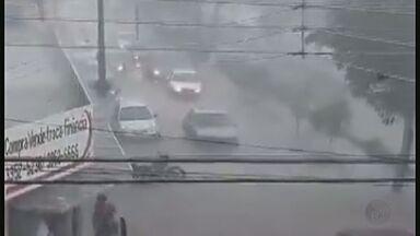 Córrego transborda durante temporal em Pitangueiras, SP, e alaga principais avenidas - Uma família que passava de carro ficou ilhada.