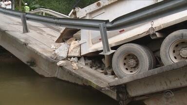Ponte de concreto quebra após passagem de caminhão carregado com pedras - Ponte de concreto quebra após passagem de caminhão carregado com pedras