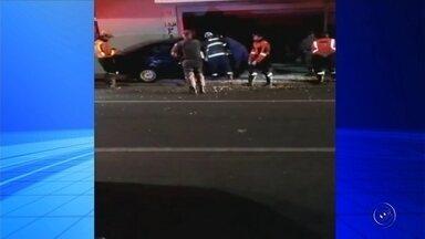 Carro invade fachada de loja após acidente em avenida de Rio Preto - Um carro invadiu a fachada de uma loja durante a madrugada deste sábado (22) em São José do Rio Preto (SP). O carro se envolveu em um acidente com outro veículo na avenida Bady Bassitt.