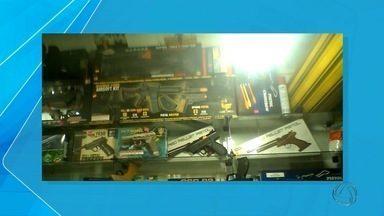 Suspeitos de venda ilegal de armas de fogo continuam presos - Simulacros e armas de verdade eram vendidos em feiras de Campo Grande.