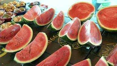 Por conta do calor, procura por alimentos mais frescos aumenta em supermercados de Resende - Venda de frutas, verduras e legumes está em alta também nas feiras livres.