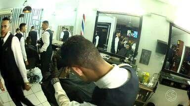 Além da barba, cabelo e bigode: barbearias diversificam serviços e voltam a fazer sucesso - Apresentadora do 'Plugue', Diana Sabadini, foi conferir porque elas estão em alta novamente, principalmente entre os homens.
