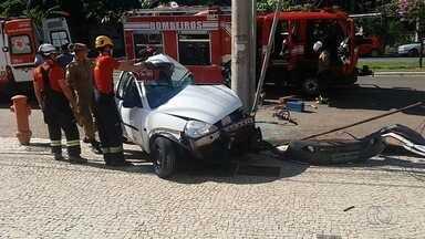 Motorista fica preso às ferragens após bater carro em poste; veja resgate - Segundo PM, ele perdeu o controle ao passar pela Avenida 136, em Goiânia.Bombeiros levaram condutor ao hospital, mas ele não corre risco de morte.