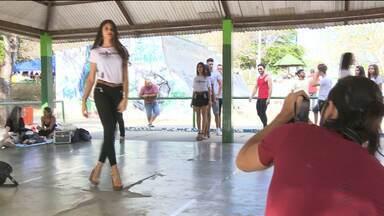 Jovens participam de curso gratuito de modelos em Campina Grande - O curso é promovido por uma agência da cidade.