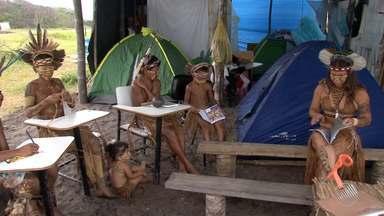 Índios vivem às margens de rodovia após reintegração de posse no sul do estado - Os índios da aldeia Araticum Pataxó foram retirados de uma fazendo one viviam há dois anos.