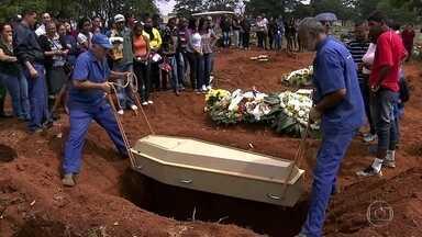 Corpo de menina encontrada morta na casa de vizinho é enterrado na Zona Leste da capital - Os parentes Giovana Lucilly Balduino se despediram da estudante de 13 anos no cemitério da Vila Formosa.