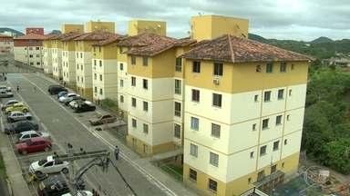 Quatro blocos de conjunto do Minha Casa, Minha Vida em São Gonçalo são interditados - A Defesa Civil interditou os prédios depois que um muro de contenção desabou. Um operário morreu no acidente. Cerca de 300 moradores estão desalojados.