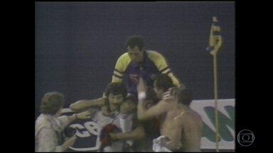 Relembre o último jogo da carreira de Carlos Alberto Torres - A partida entre Cosmos e Flamengo contou com grandes nomes do futebol.
