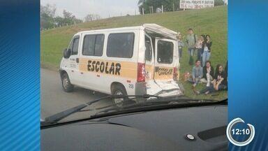 Acidente com van na Dutra deixa sete estudantes feridos em São José, SP - Acidente entre van e caminhão aconteceu no sentido São Paulo da rodovia.