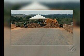 Há quatro dias, moradores interditam ponte que liga o Pará ao Tocantins, na BR-230 - Há quatro dias, moradores das cidades de Palestina e de Brejo Grande do Araguaia montaram piquetes na ponte.