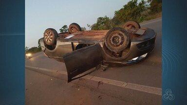 Duas pessoas morrem após capotamento de carro em estrada do Amapá - Um capotamento na BR-210, em Macapá, deixou duas vítimas fatais por volta das 4h30 da manhã desta quarta-feira (26). O motorista do carro, que tem placa de táxi, teria perdido o controle da direção, segundo a Polícia Rodoviária Federal (PRF) no Amapá.