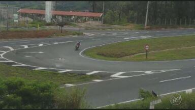Motociclistas se arriscam ao atravessar ruas na contramão em Amparo, SP - Veja imagens dos flagrantes no município.