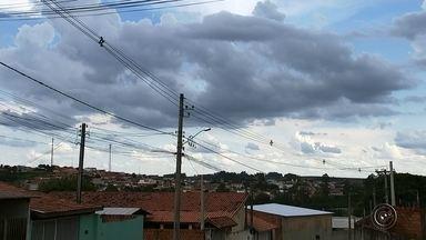 Onze meses após chuva de granizo, Guareí ainda tem casas danificadas - Onze meses depois da chuva de pedras de granizo do tamanho de cebolas em Guareí (SP), em novembro de 2015, algumas casas ainda estão danificadas pelo fenômeno. Um exemplo é o pedreiro Fábio Silva. Ele precisou refazer todo o telhado, mas faltaram algumas telhas para concluir a reforma. Alguns buracos ficaram na extremidade do telhado.