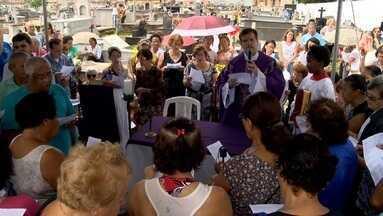 Cemitérios devem receber 150 mil pessoas na Grande Vitória - Familiares e amigos de falecidos visitam os túmulos neste feriado de Finados.