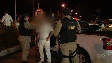 Mais de 70 motoristas são multados por dirigir bêbados durante operação da PRF em Goiânia - Entre eles, cinco condutores foram presos devido ao alto consumo de bebidas alcoólicas.