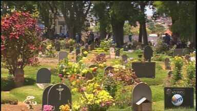 Em Franca, SP, cemitérios devem receber 100 mil pessoas nesta quarta-feira - Preparação dos túmulos para celebrar o Dia de Finados começou uma semana antes.