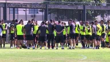 Botafogo treina sob sol forte para enfrentar o Flamengo no sábado - Bruno Silva e Diogo Barbosa treinam normalmente e devem marcar presença no clássico.