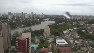 Chuva volta a cair no Paraná - O tempo fechou novamente e a chuva pode vir acompanhada de fortes ventos, raios e até granizo. Nesta quinta-feira ainda há previsão de chuva.