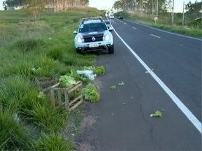 Mulher capota veículo ao tentar desviar de caixas com hortaliças - Acidente aconteceu na Rod. Ângelo Rena, em Pres. Prudente.