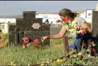 Administração espera a vsita de 90 mil pessoas nos cemitérios muncipais de Montes Claros - Funcionários ajudam os visitantes a encontrarem os túmulos dos parentes e amigos.