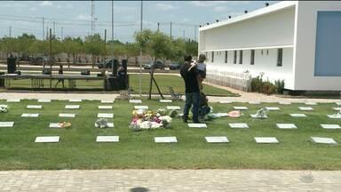 Movimento em cemitérios de Sousa é intenso no Dia de Finados - Venda de flores artificiais foi grande