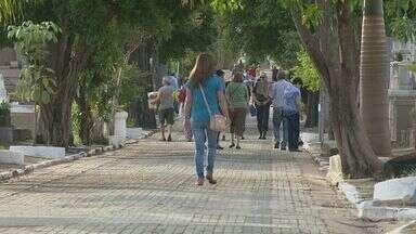 Cemitérios da região de Campinas têm movimento intenso no Dia de Finados - Visitantes prestaram homenagens aos parentes e amigos nesta quarta-feira (2).