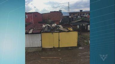 Chuva e ventos fortes acabam destelhando residências em São Vicente - Algumas pessoas ficaram sem o fornecimento de energia elétrica durante parte da tarde.