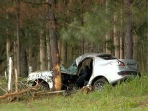 Motorista morre em estrada vicinal em Presidente Bernardes - Vítima bateu o carro em uma árvore.