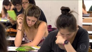 Estudantes aproveitam feriado para revisar conteúdos do Enem - Sábado (5) e domingo (6) são dias de Enem para 1,4 milhão de estudantes de São Paulo. Com o feriado, muitos deles aproveitaram o máximo de tempo possível para revisar as matérias.