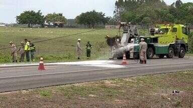 BR-101 em Linhares é liberada após mais de 20 horas de interdição - Carreta havia tombado e combustível da carga vazou.