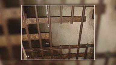 Presos serram grade de cela em tentativa de fuga - Apenados da Casa de Detenção de Ariquemes (RO), na região do Vale do Jamari, serraram parte das grades de uma cela em uma tentativa de fuga na madrugada desta quarta-feira (2). A ação foi impedida por agentes que estavam de plantão no local.