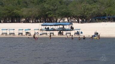 Sol forte lota praia da Ponta Negra durante feriado, em Manaus - Praias e flutuantes tiveram lotação no Dia dos Finados.