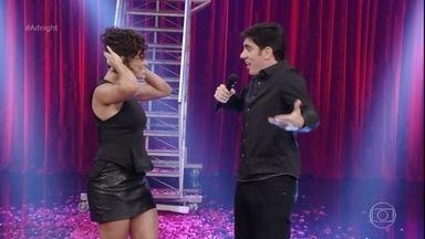 Marcelo Adnet recebe Juliana Paes com chuva de flores no Adnight - Apresentador dá um boa noite geral para todos os públicos