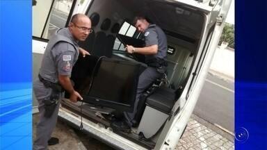 Polícia encontra objetos furtados em casa no bairro Eldorado em Rio Preto - A Polícia Militar recuperou nesta quinta-feira (3) vários objetos que tinham sido furtados em São José do Rio Preto (SP) nos últimos meses. Tudo estava escondido em uma casa no bairro Eldorado, região norte da cidade.