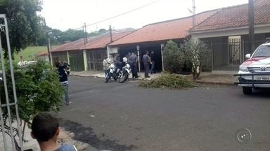 Polícia prende outro suspeito da quadrilha que trocou tiros em rodovia - A polícia prendeu na madrugada desta sexta-feira (4) mais um integrante da quadrilha que trocou tiros com a polícia em Novo Horizonte (SP) e tentou explodir um caixa automático na cidade, na quinta-feira (3). No tiroteio, na rodovia Cesário José Castilho, um policial ficou ferido e dois suspeitos morreram. A polícia ainda procura por pelo menos mais três suspeitos.