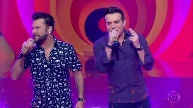 Marcos e Belutti cantam o sucesso 'Tão Feliz' - Dupla anima a plateia do 'Esquenta'