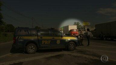 Roubos a carga disparam no estado do Rio - Equipe de reportagem do RJTV flagra momento em que escolta de caminhão roubado pede ajuda à polícia na Via Dutra. Nessa madrugada (10), motorista morreu perto da Ceasa.