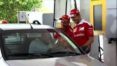 Vettel tem dia de frentista no Brasil e lembra do 7 a 1 - Vettel tem dia de frentista no Brasil e lembra do 7 a 1