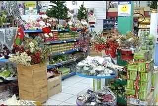 Comerciantes já colocam produtos para decoração de Natal à venda - Em tempos de crise, investir em novidades pode trazer boas vendas.