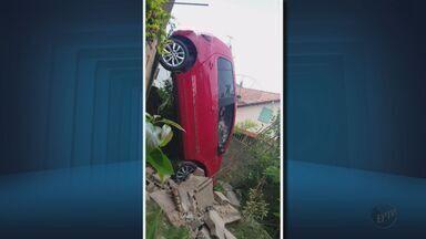 Motorista cai com o carro de altura de três metros em Lavras (MG) - Motorista cai com o carro de altura de três metros em Lavras (MG)