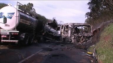 Laudo diz que acidente que matou 21 pessoas no PR foi causado por caminhoneiro - Segundo os peritos, o motorista do caminhão invadiu a pista contrária. Os danos encontrados no ônibus, no caminhão e no carro que também se envolveram no acidente apontaram que o caminhão estava na contramão. O caminhoneiro morreu na batida.