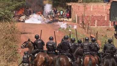 Policiais reclamam da violência dos manifestantes em São Sebastião - Surgiram novas obras e lotes continuam sendo vendidos na mesma região.