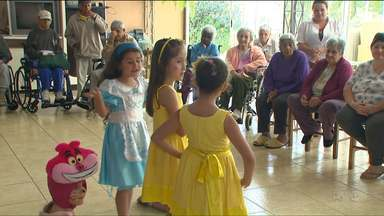 Idosos de asilo, em Cascavel, pediram presentes especiais para ganhar de Natal - Além disso, eles já receberam um presente antecipado: a visita de um grupo de teatro infantil.