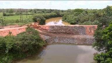Estrutura de barragem é reforçada para evitar que água do Rio Doce entre no Rio Pequeno - O pedido foi feito pelo Iema. A barragem foi construída para proteger o Rio Pequeno dos rejeitos de minério de ferro.