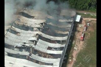 Incêndio atingiu distribuidora de alimentos, em Benevides - O fogo começou ainda durante a madrugada.