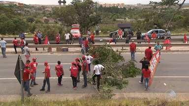 Protestos suspendem serviços diversos na capital baiana - Manifestação contra a PEC que prevê congelamento dos gastos públicos nos próximos 20 anos causou mobilizações em todo o país
