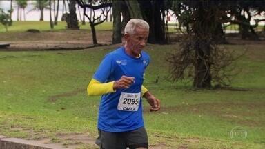"""Vendedor de coco do Ceará dá aula de disposição e participa da corrida do """"Eu atleta"""" - Seu Vavá vai completar 70 anos."""