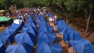Crianças e adolescentes desbravam a prainha de Santa Terezinha do Itaipu - Várias barracas lotam a prainha.