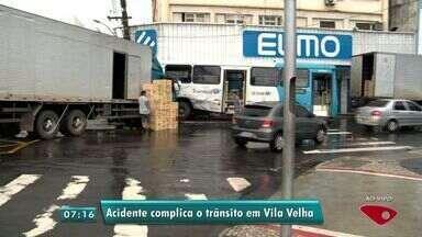 Acidente entre ônibus e caminhão deixam trânsito lento em Vila Velha, ES - Acidente foi na madrugada desta segunda-feira (14).
